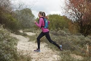 Courir droit dans la pente fait aussi partie de votre entrainement trail. © Asics