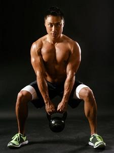 Musculation jambes : Même avec un poids léger, vos demi squats vous muscleront efficacement. © Fotolia
