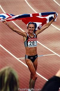 Paula Radcliffe portant fièrement le drapeau anglais... © Paularadcliffe.com