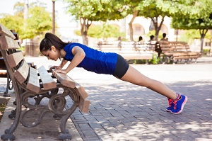 Vous pourrez aussi utiliser le mobilier urbain pour faire vos séances de PPG lors de votre entrainement trail ou running. © Dollarphoto