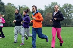 La sortie longue du dimanche en club est souvent incluse dans le programme course a pied. © Asics