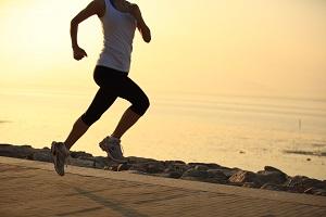 Décaler vos entrainements en matinée vous évitera de courir avec la chaleur . © Dollarphoto